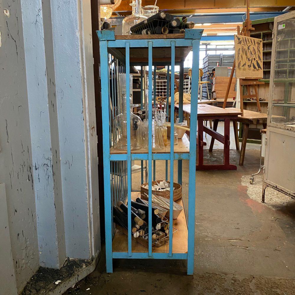 Blauwe metalen kast