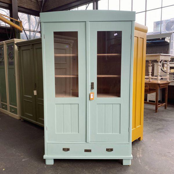 Mint-blauwe vitrinekast