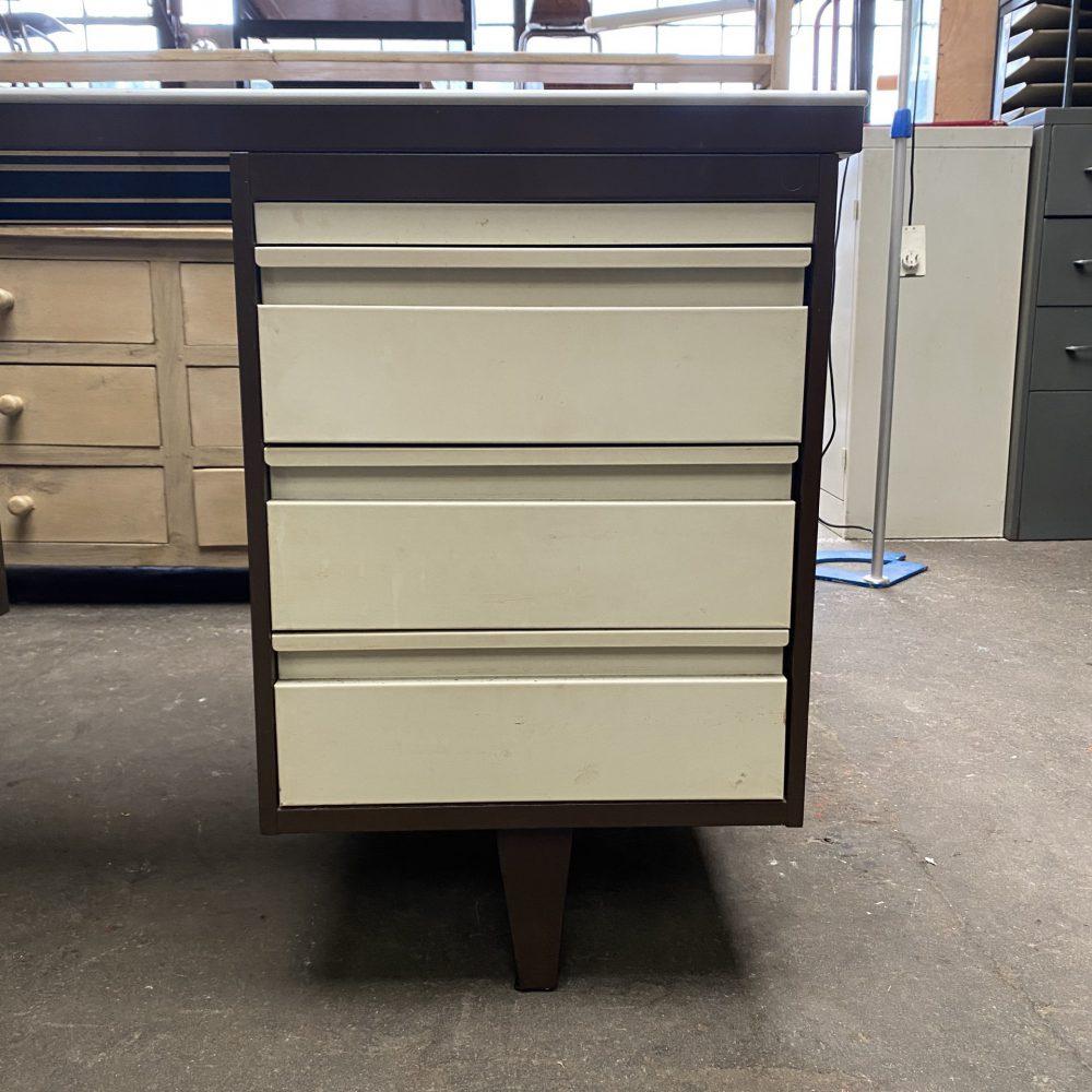 Bruin metalen bureau