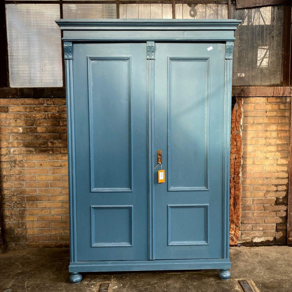 Blauwe houten linnenkast