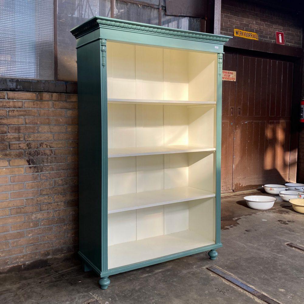 Groenblauwe boekenkast