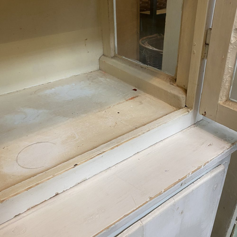 Witte houten brede dokterskast