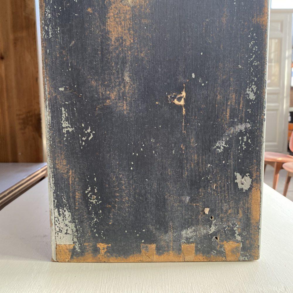 Grijze houten hangkast