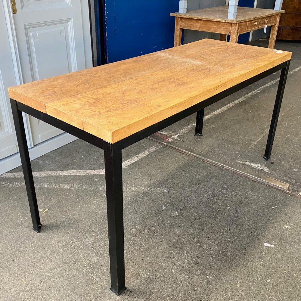 Industriële tafel met houten blad