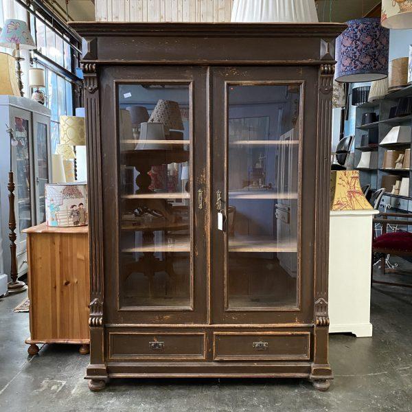 Bruine houten vitrinekast