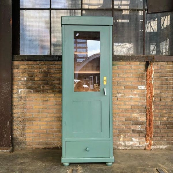 Groenblauwe vitrinekast