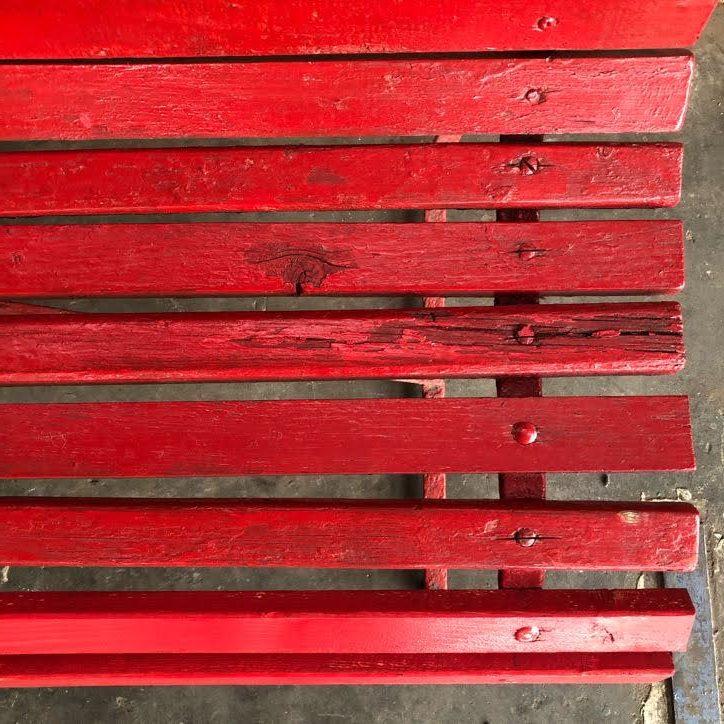 Rode metalen tuinbank