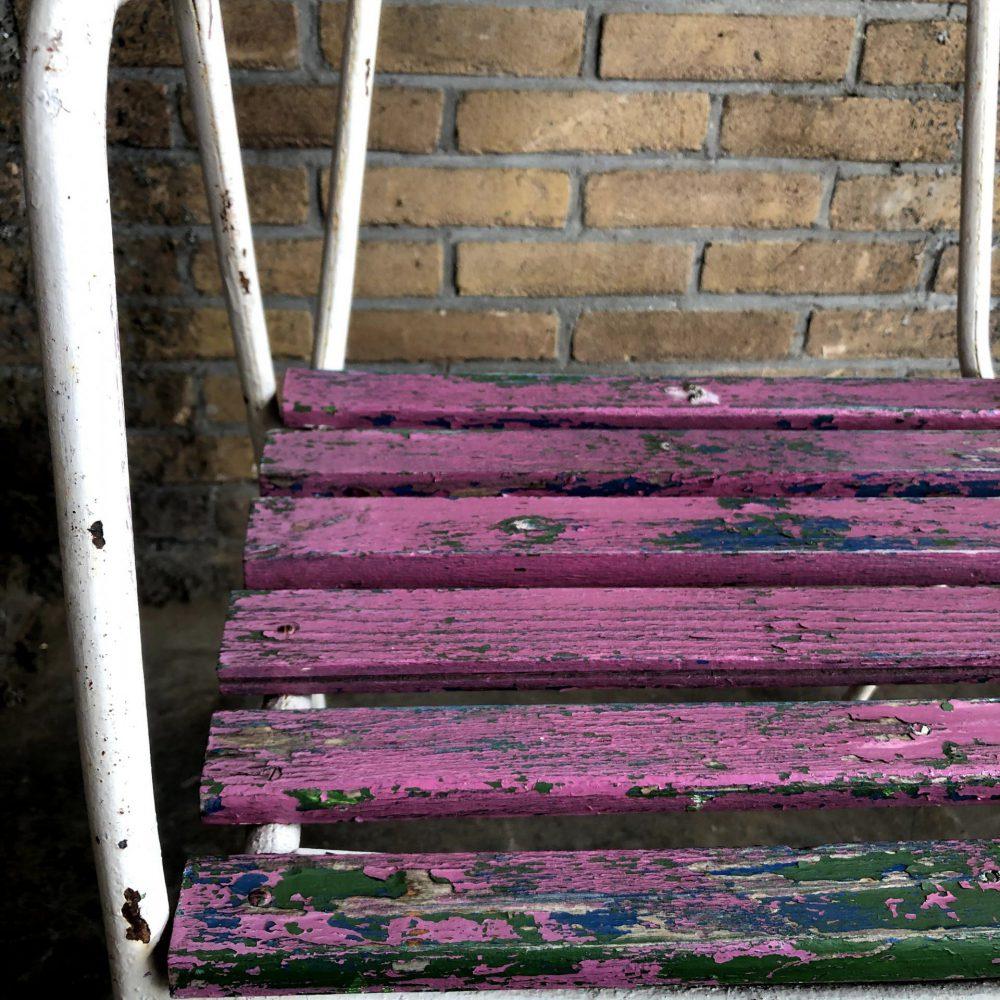 Wit-paarse tuinstoelen