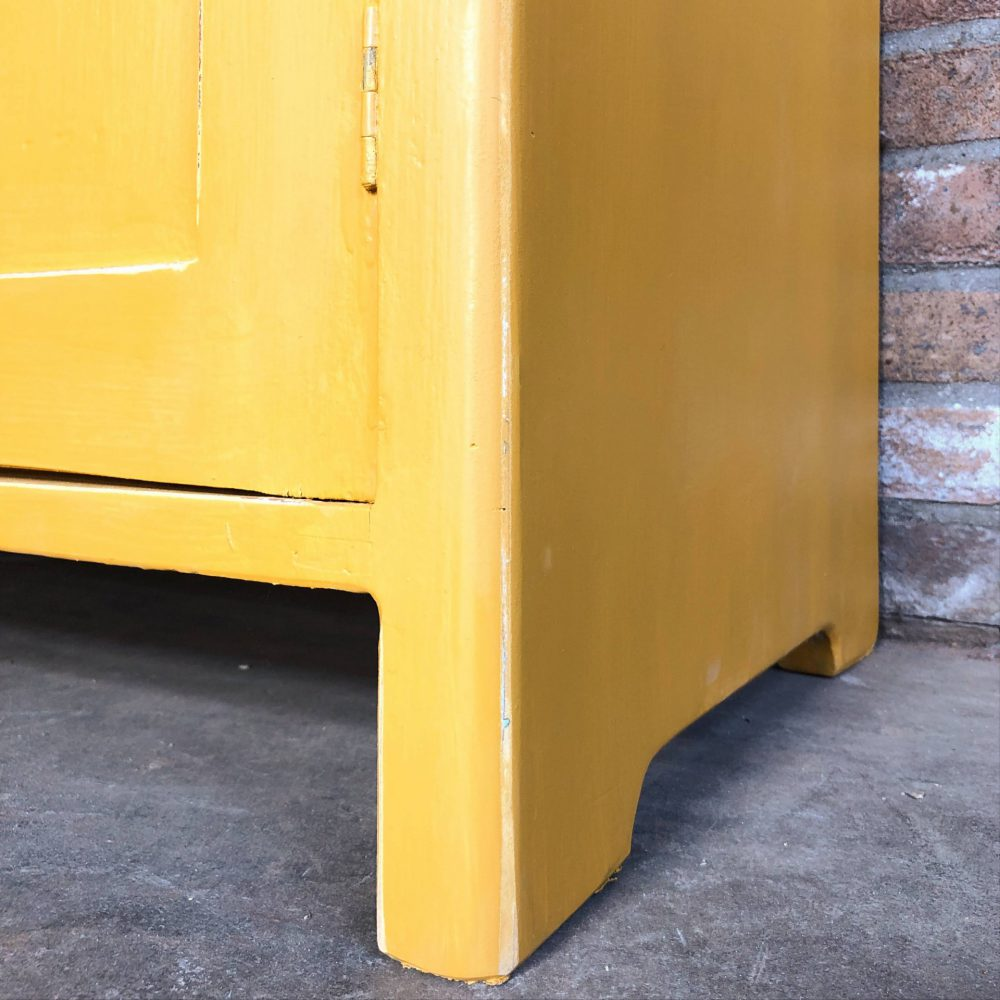 Gele commode