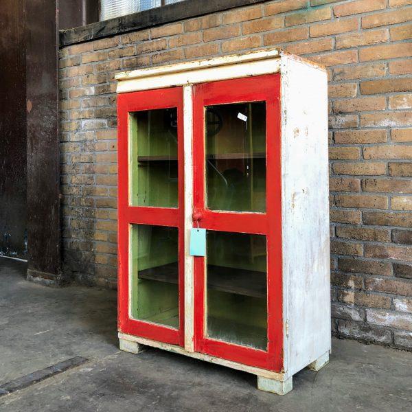Wit-rode vitrinekast