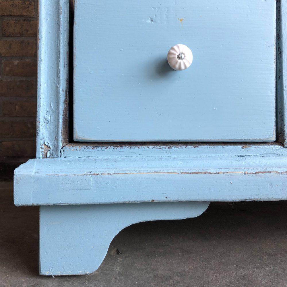 Blauwe houten ladekast