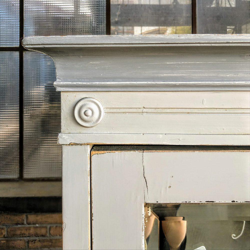 Wit-grijze spiegelkast