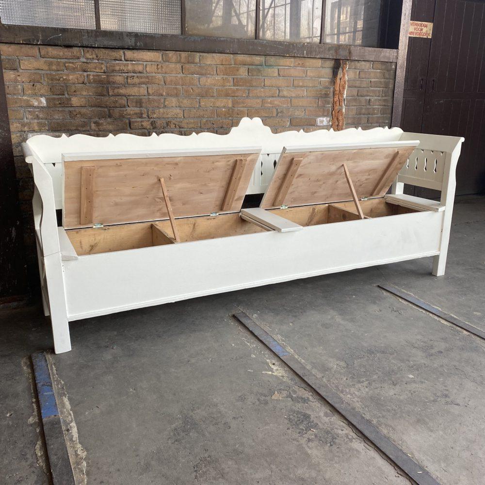Witte houten klepbank