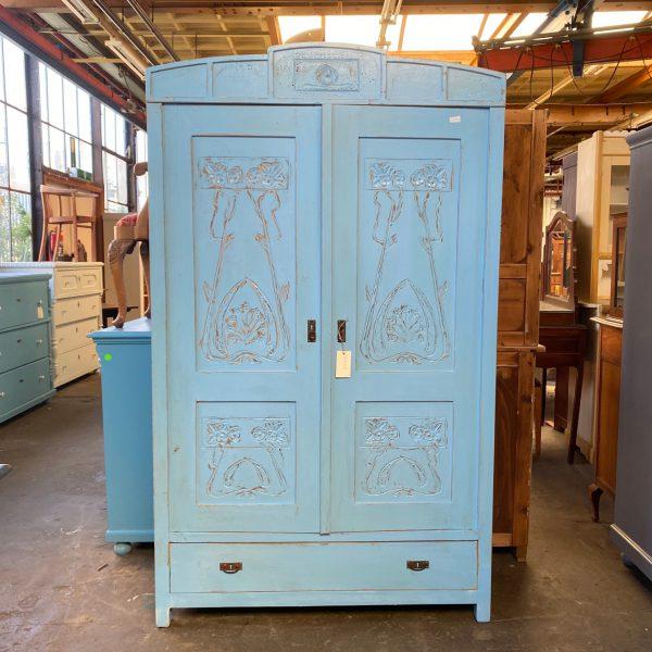Blauwe bewerkte houten linnenkast