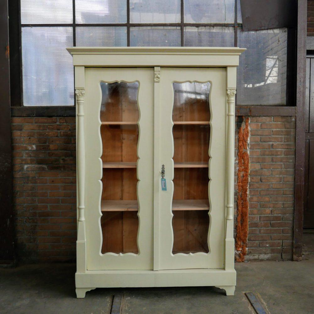 Crème kleurige houten vitrinekast