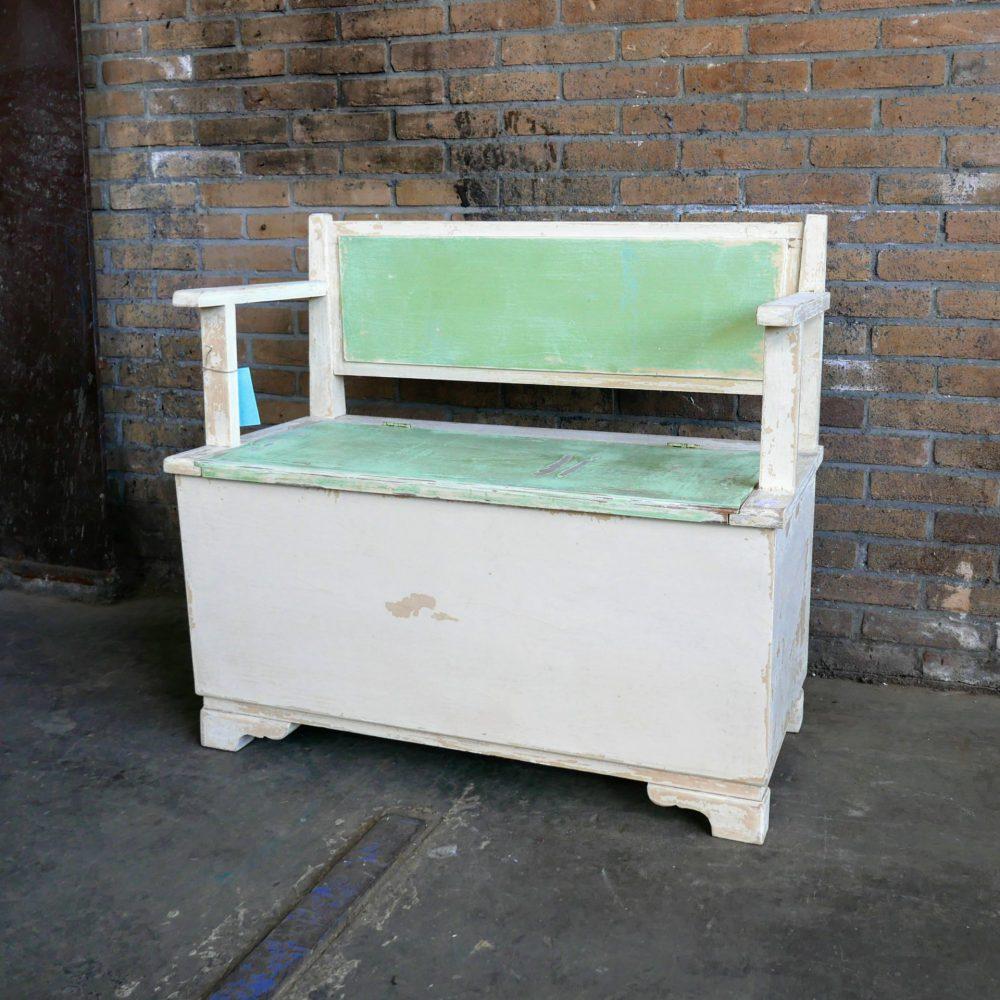 Groen-witte kinderbank