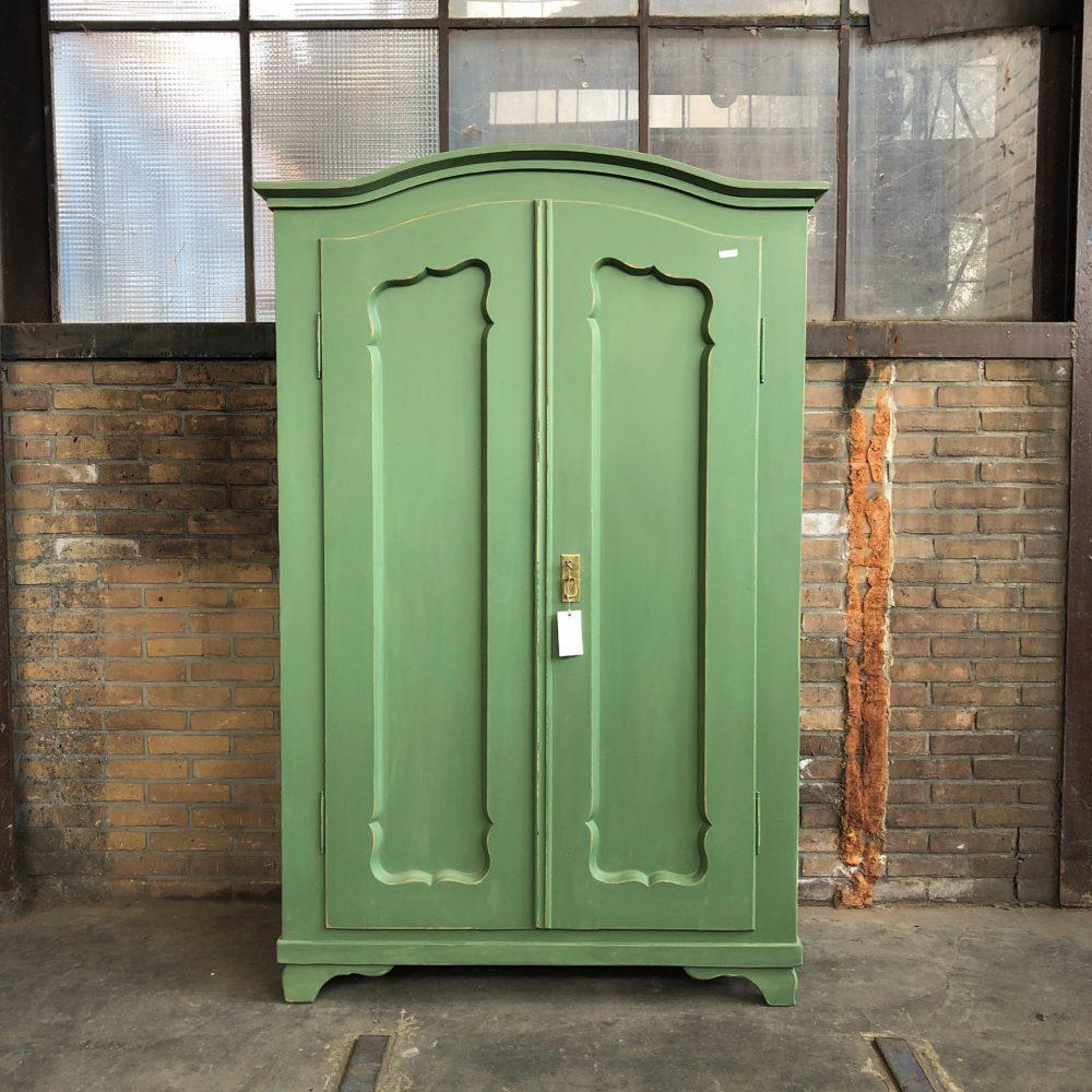 Groene houten linnenkast