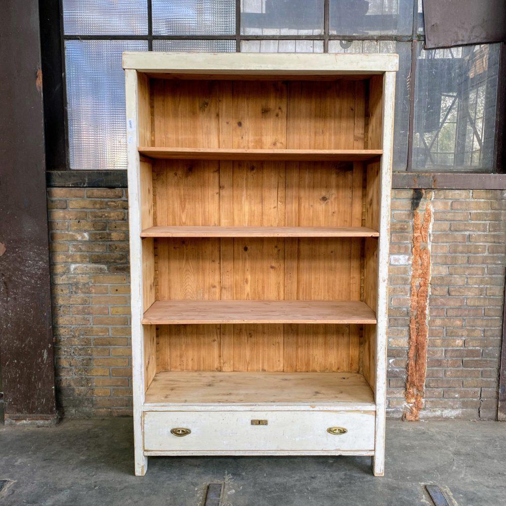 Witte houten open boekenkast