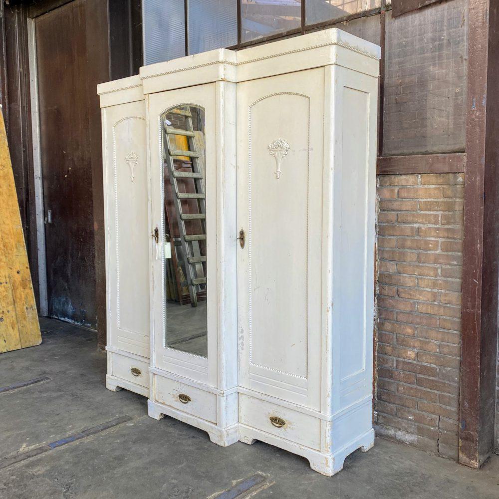 Witte drie deurs linnenkast spiegelkast