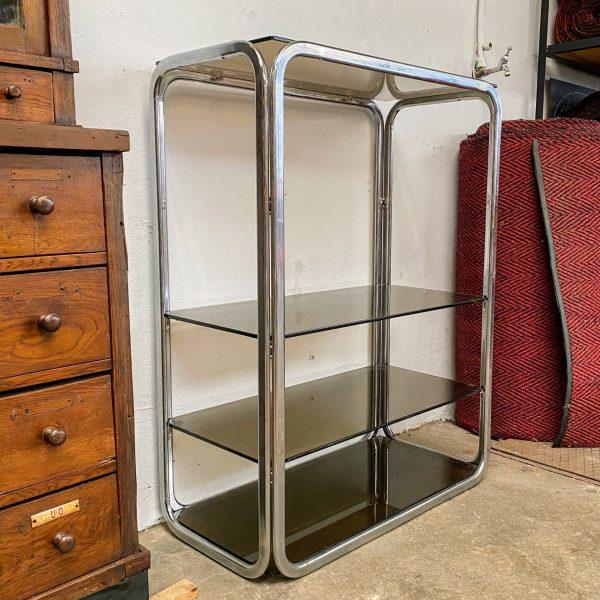 Vintage metalen kast met glazen planken