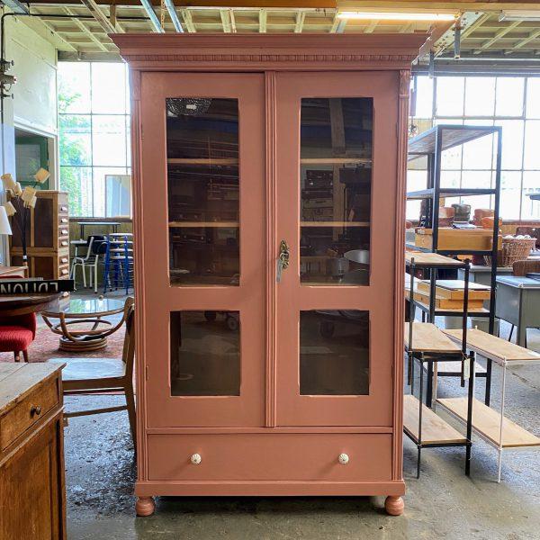 Oud roze houten vitrinekast