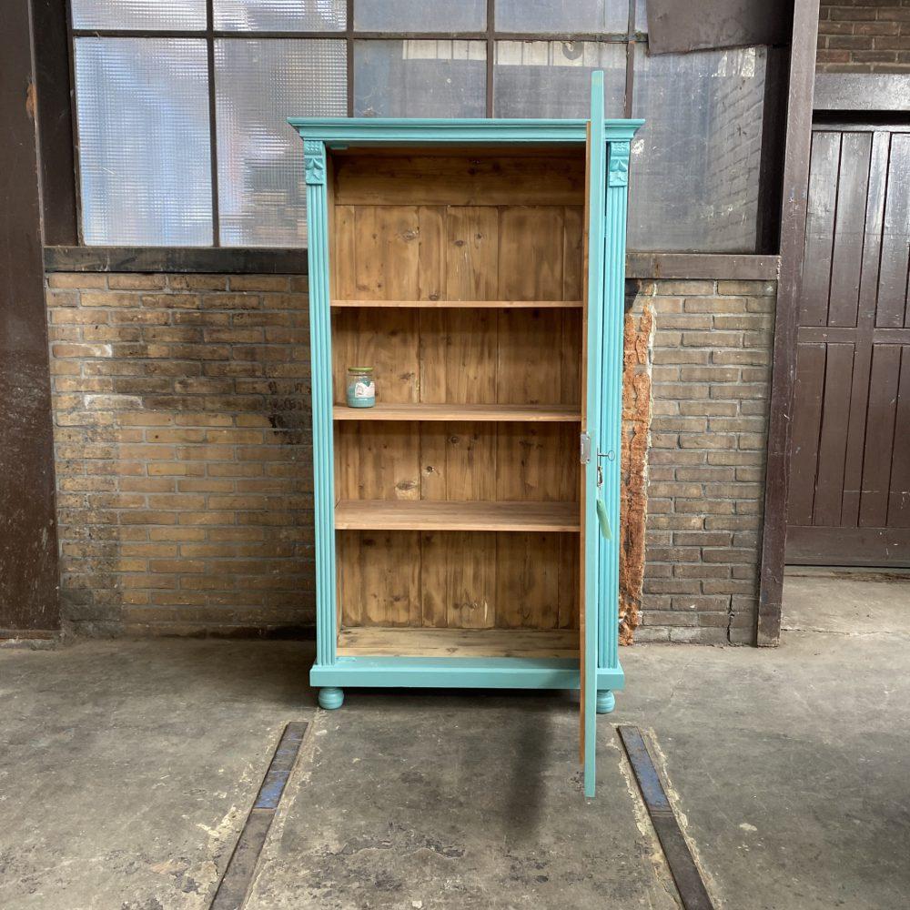 Turquoise vitrinekast