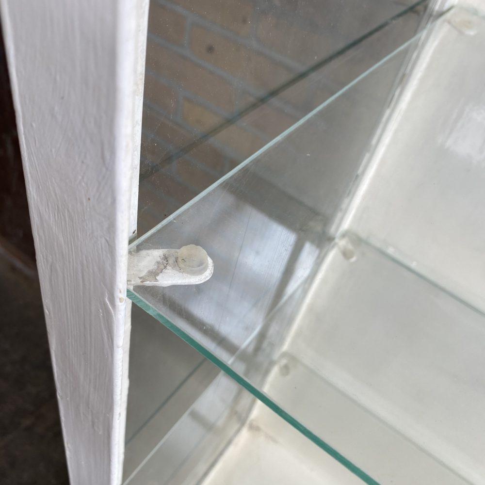 Witte metalen open dokterskast