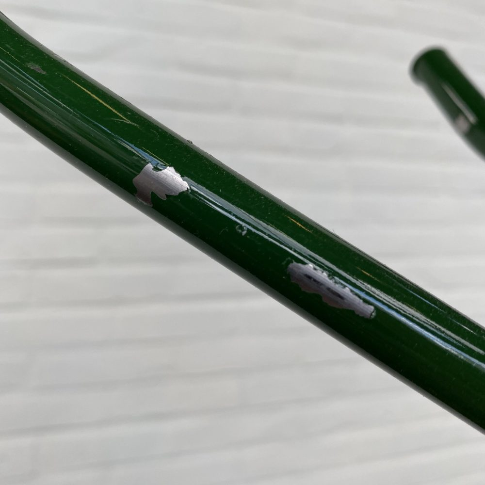 Groene metalen kapstok