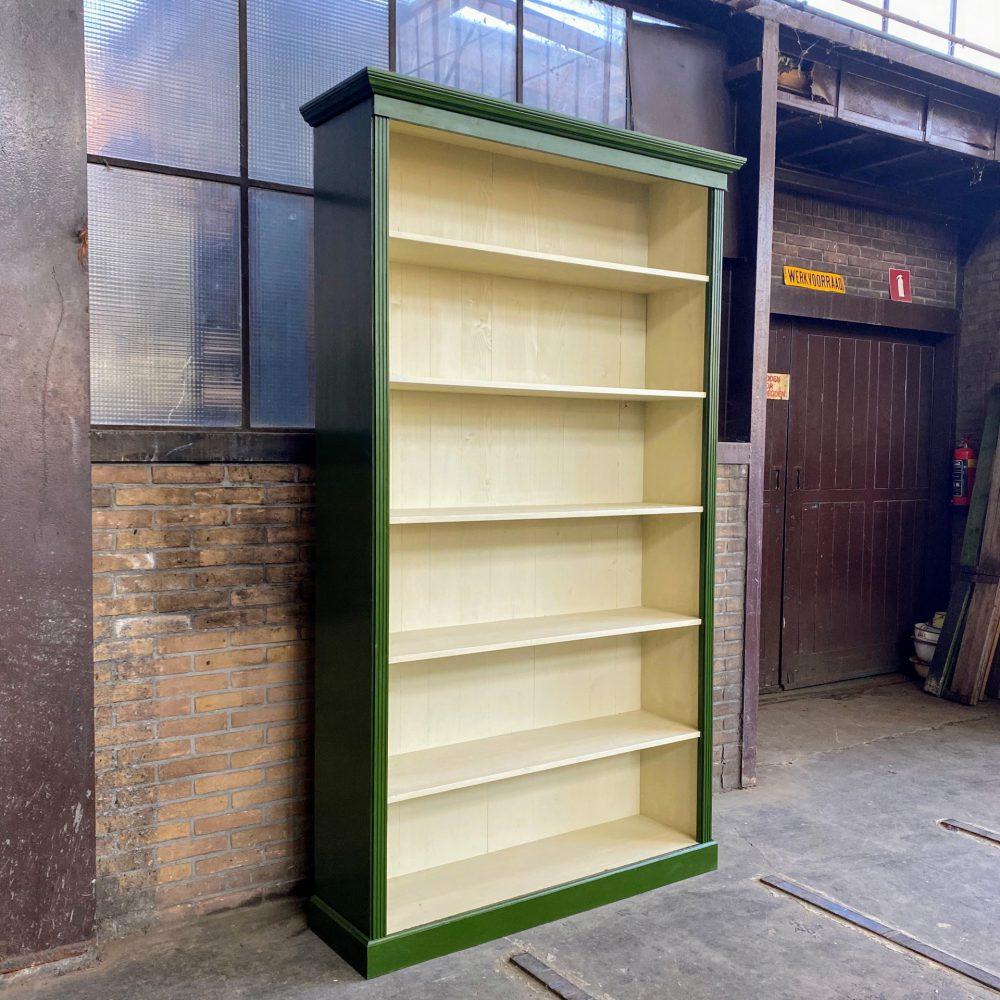 Groene houten boekenkast