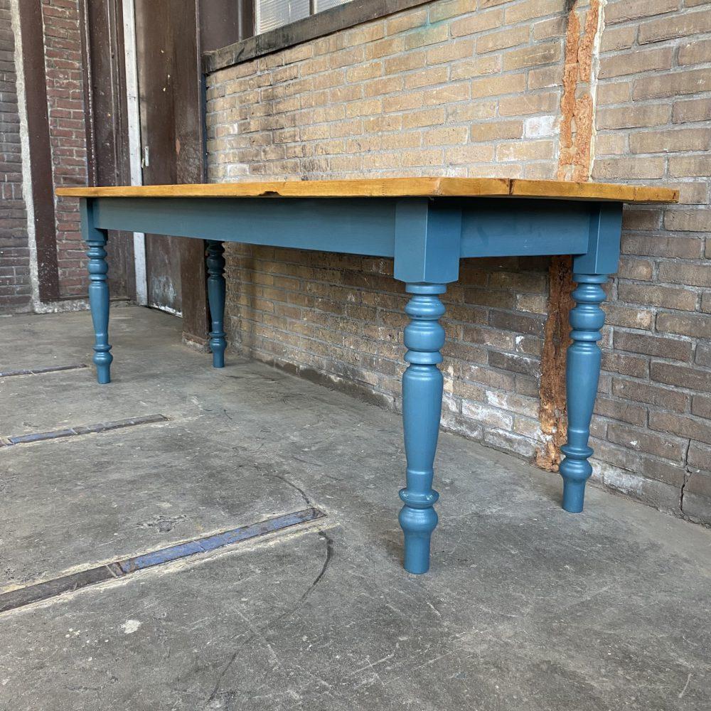 Blauwe eettafel