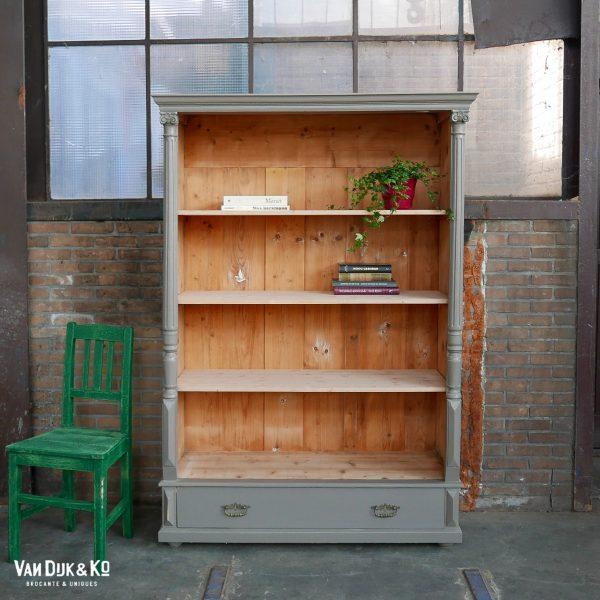 Grijze open boekenkast