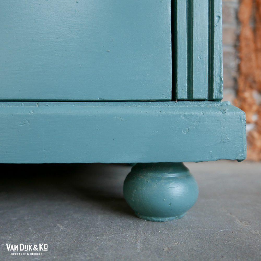 Groenblauwe open boekenkast
