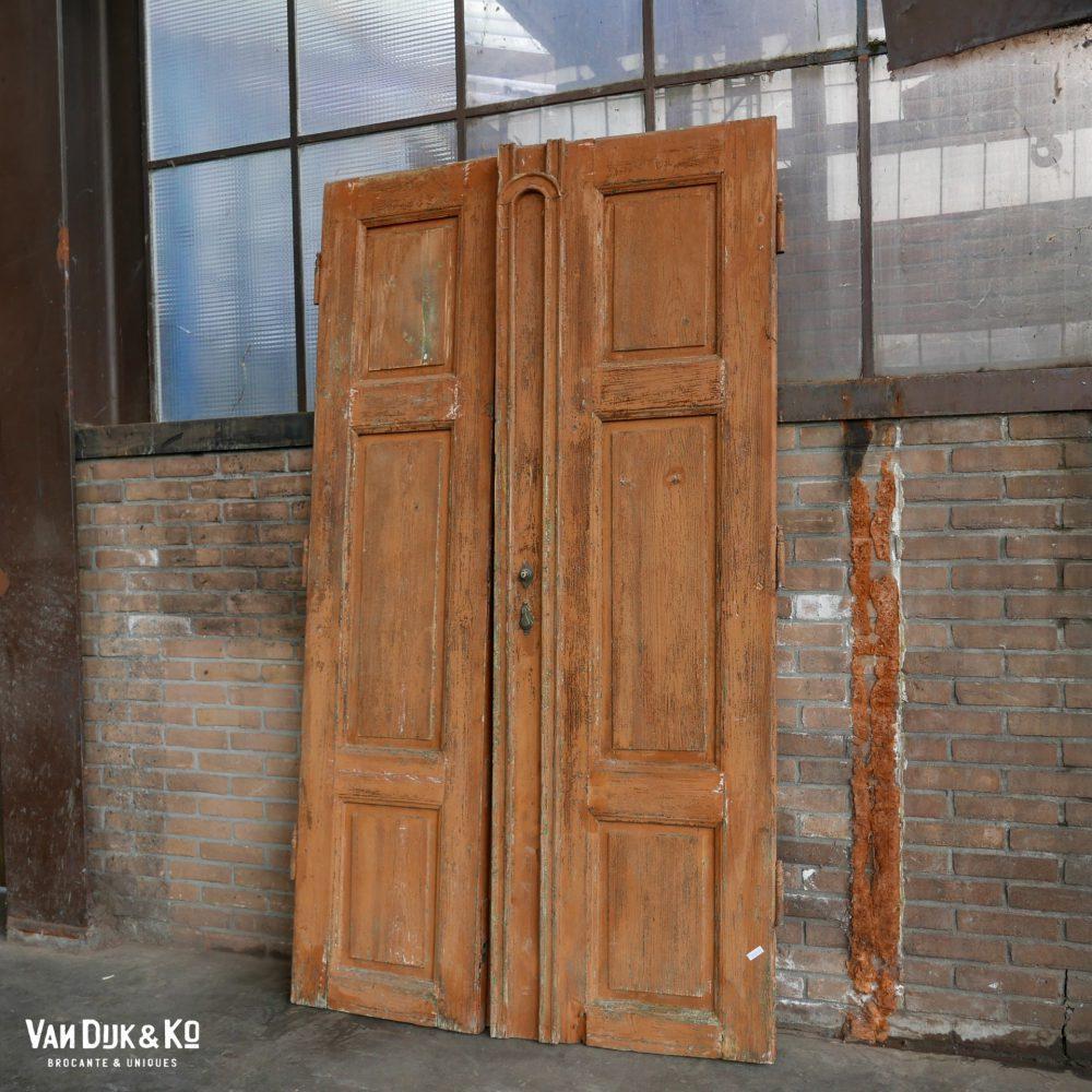 Bruine houten deuren
