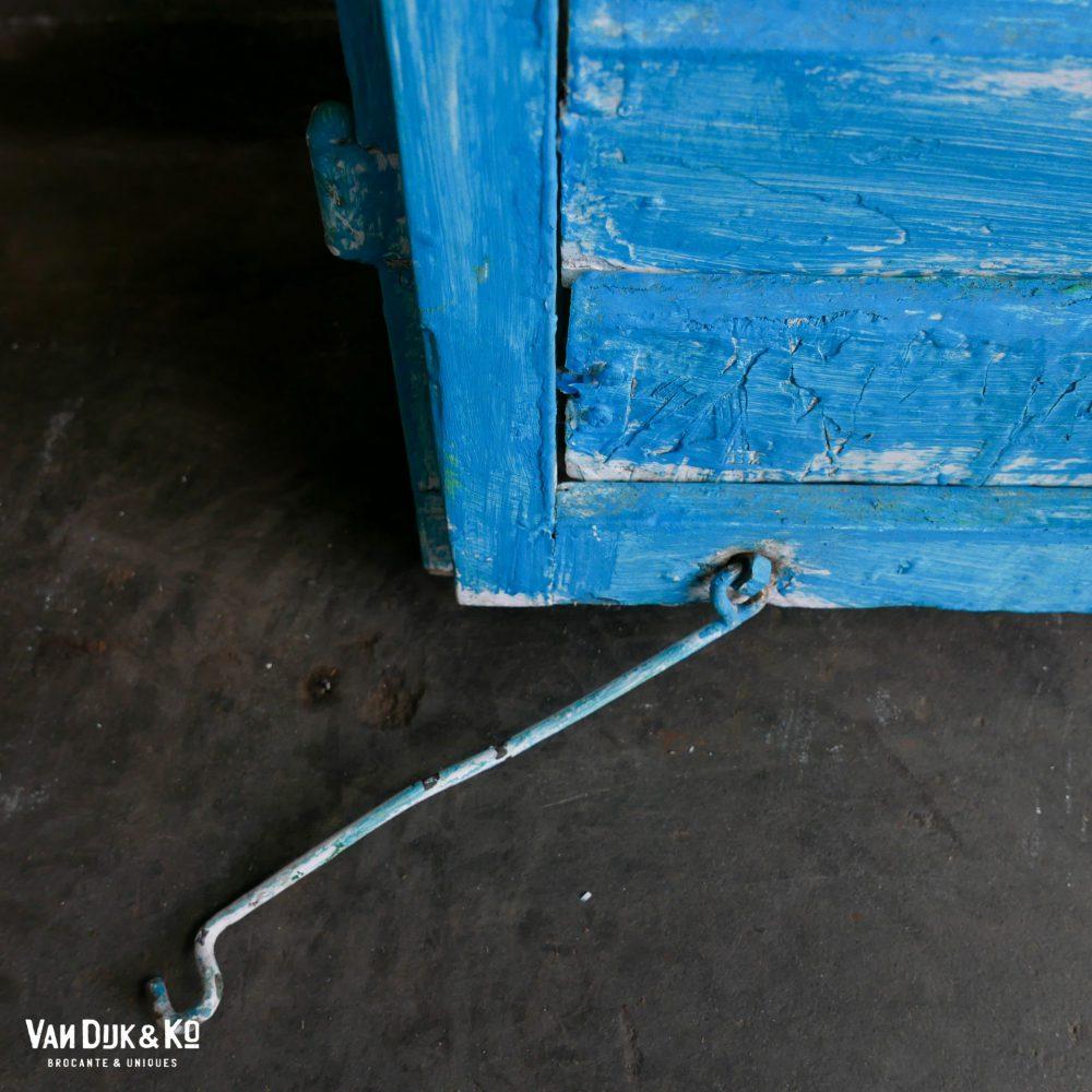 Blauwe houten luiken