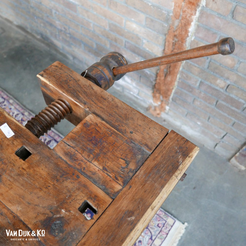 vintage houten werkbank met bankschroeven