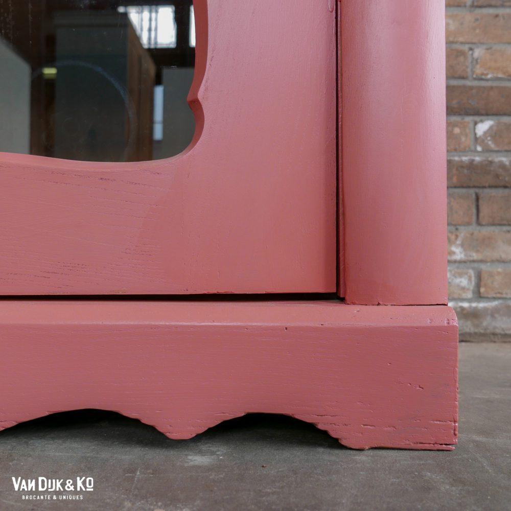 vintage roze vitrinekast