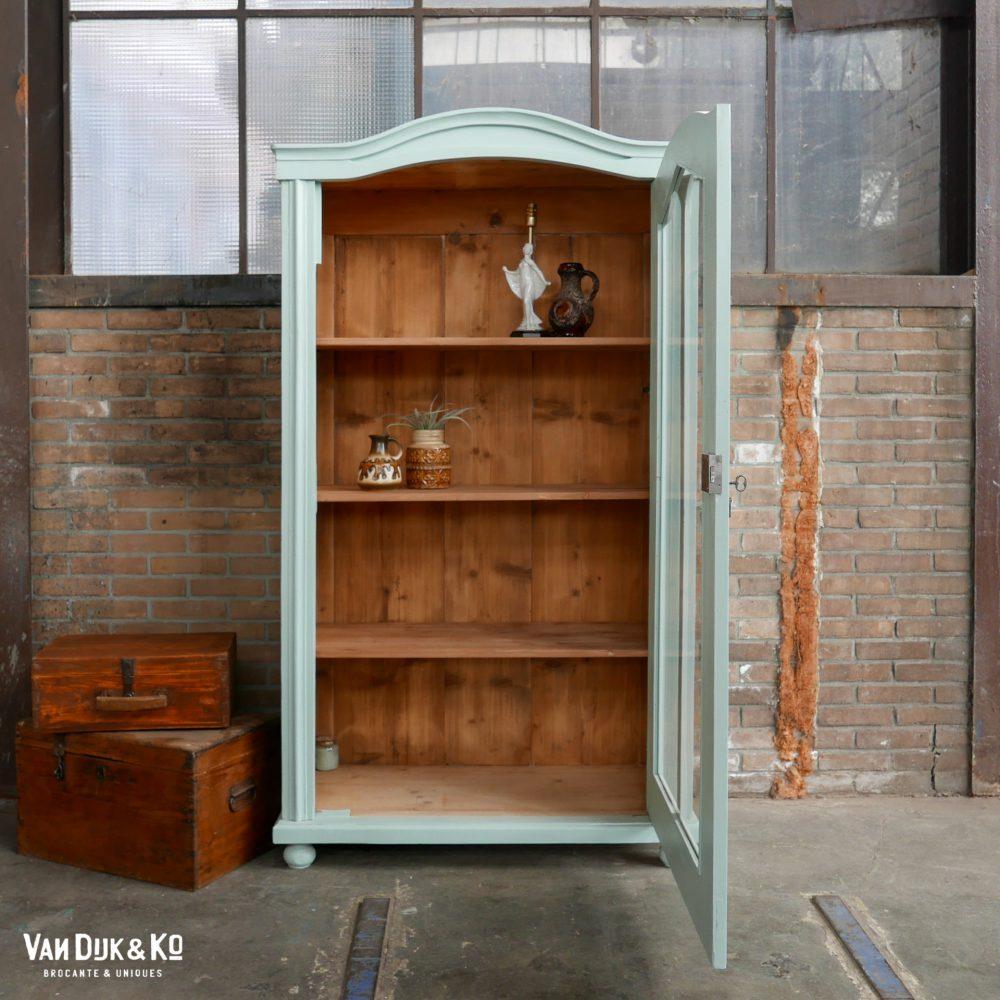 vintage lichtblauwe vitrinekast