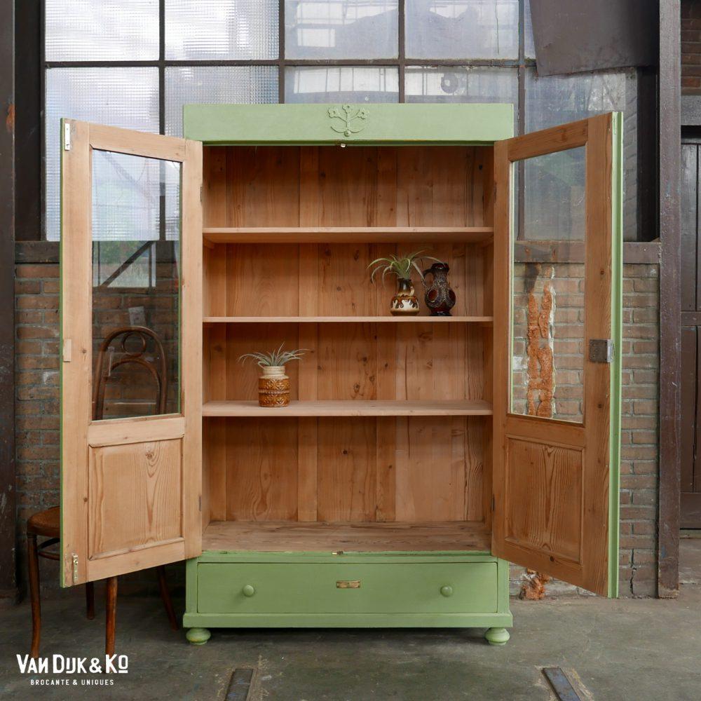 vintage groene vitrinekast