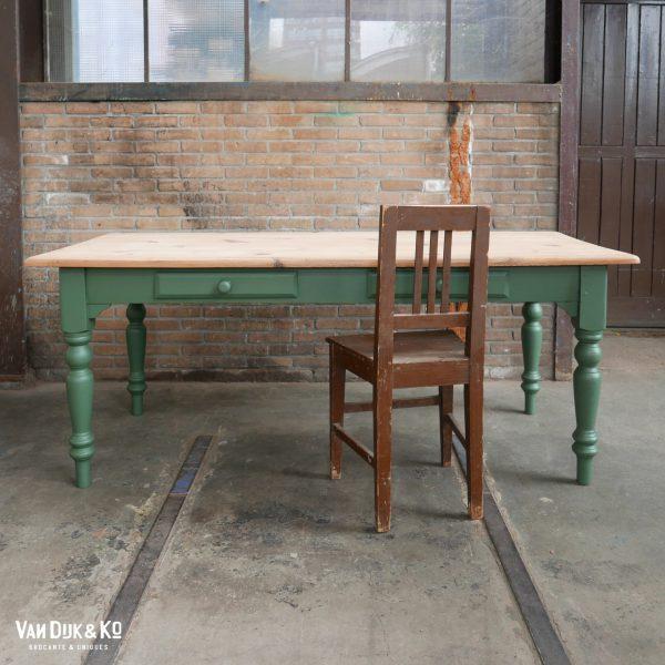 houten eettafel met groen onderstel