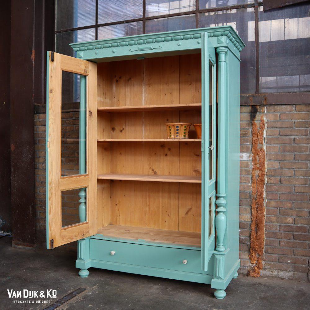 Vintage blauwe vitrinekast