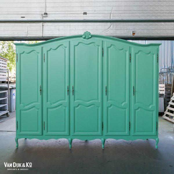 Grote groenblauwe kledingkast