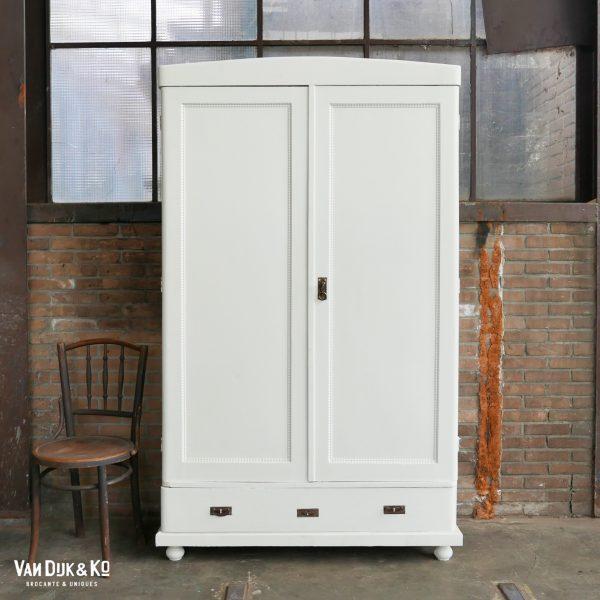 vintage witte kledingkast