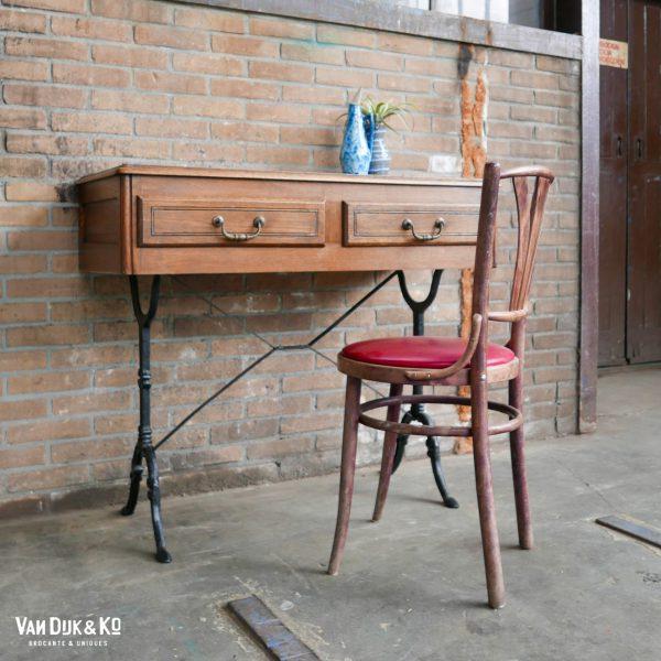 vintage bureau met ijzeren onderstel