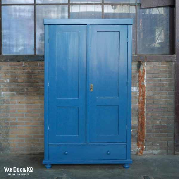 Vintage blauwe kledingkast