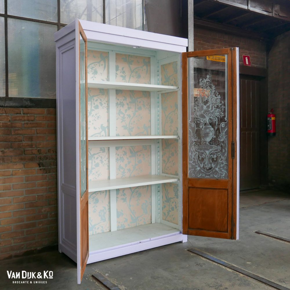 Lila vitrinekast met gedecoreerde ruiten
