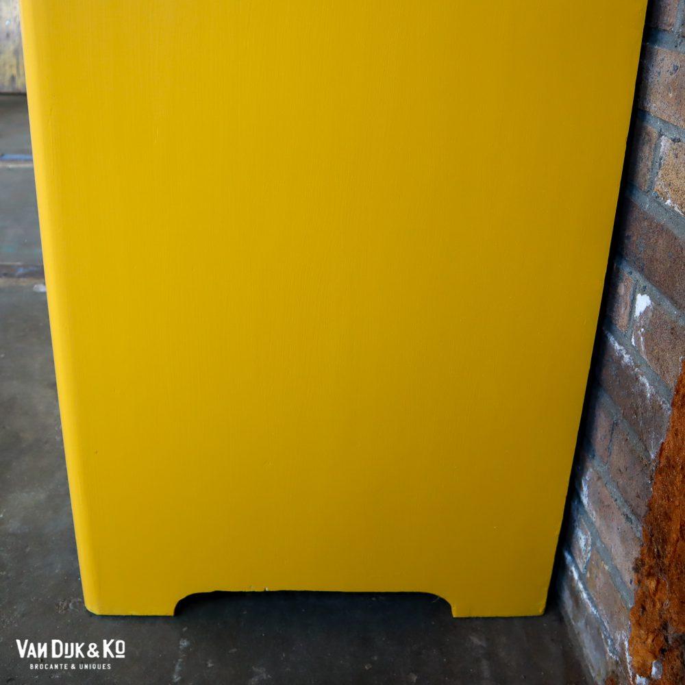 Gele kledingkast