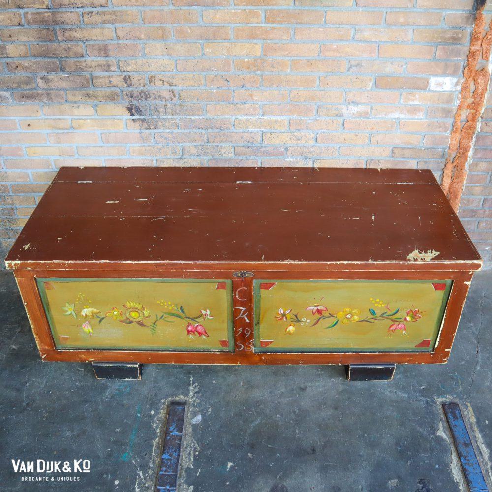 Beschilderde houten kist