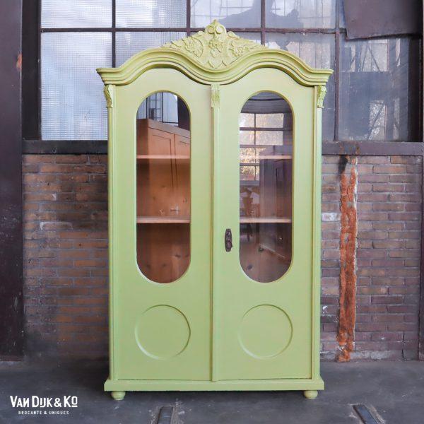Groene barok vitrinekast