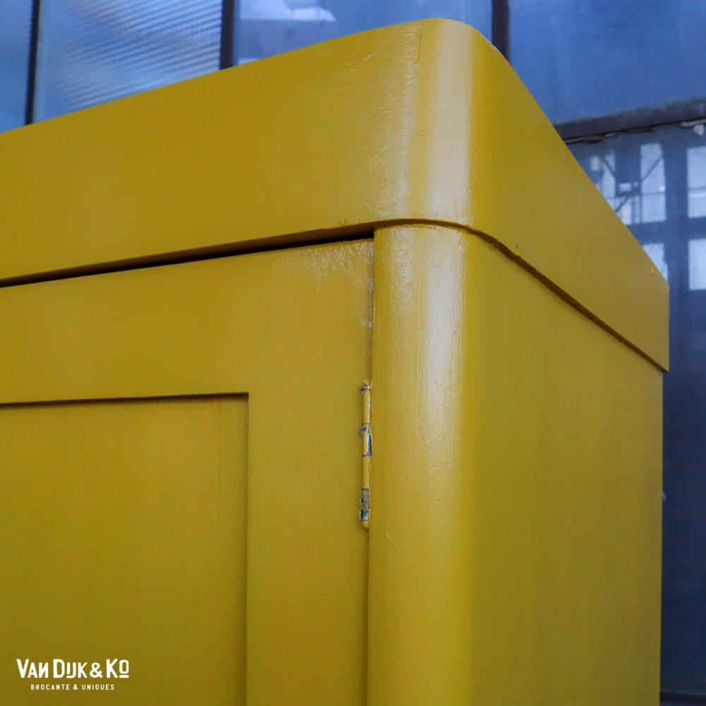 Gele linnenkast