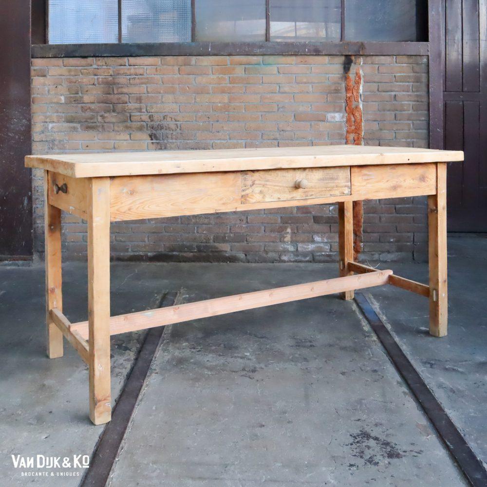 Houten tafel met lades
